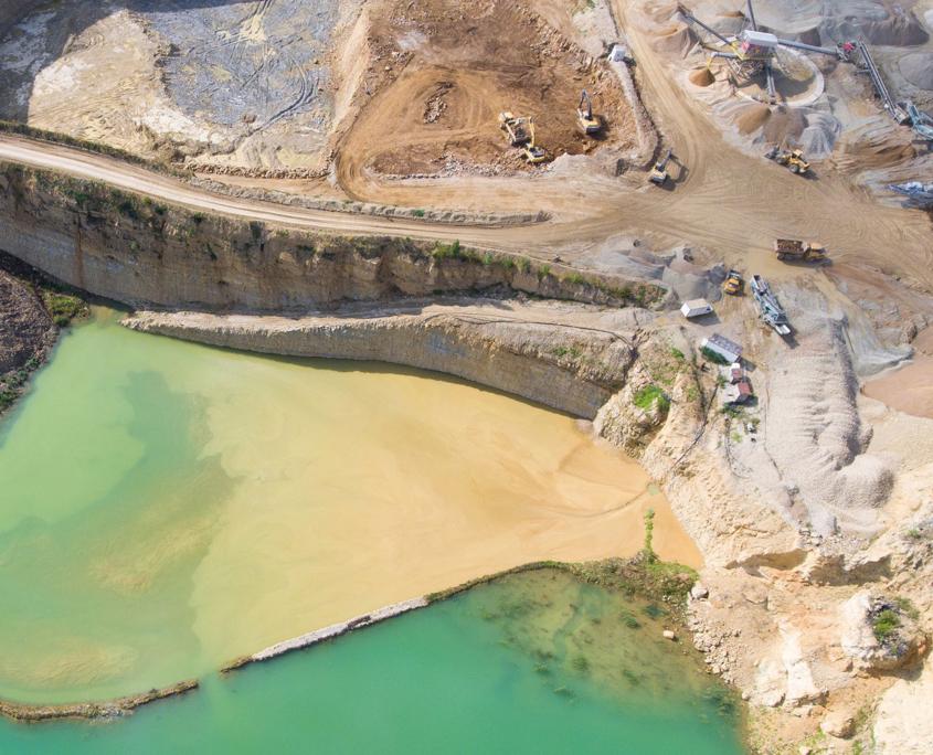 Minería (arenas petrolíferas, metales preciosos, metales base)